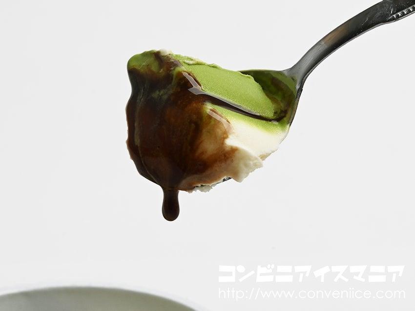 ゴディバ(GODIVA)宇治抹茶とバニラにチョコレートソースを添えて